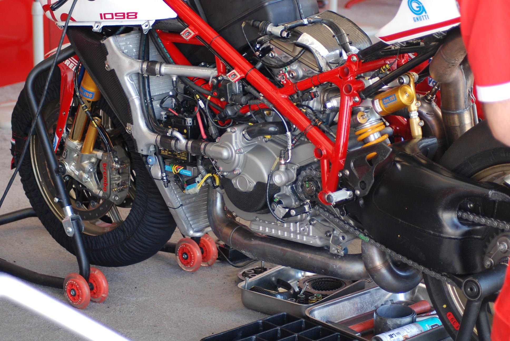68534d1274273980-difference-between-1098r-sbk-race-bike-dsc_0523.jpg